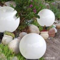 KUGELLEUCHTE, KUGELLAMPE-3ER-SET 30CM+40CM+50CM Eine gemütliche Gestaltung des Garten fällt mit einem Kugellampen-Set 30 40 50 Zentimeter sehr leicht. Kugellampen runden das optische Ambiente ab und bieten Ihnen eine tolle Stimmung in ihren Garten. Eine Kugellampe, oder auch das angebotene 3er-Set 30 40 50 Kugellampen sind ein Hingucker für jeden Garten. Eine Kugellampe ist im Aussenbereich oder im Garten beliebig platzierbar und Sie können die Kugellampe mit dem praktischen Erdspieß gegen wegrollen verankern. Kugellampen sind wind- und wetterfest und gegen Wasser geschützt. Eine Kugelleuchte ist eine Investition die sich lohnt und sehr dekorativ ihren Garten akzentuiert.