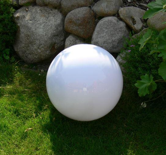 Kugelleuchte 30cm ist eine zeitlose Lichtquelle in Ihrem Garten. Eine Kugelleuchte 30cm sorgt auch in Ihrem Garten für eine traumhafte Lichtstimmung. Schon bei Tag ein dekoratives Element und nach der Dämmerung eine besondere Lichtquelle. Besonders, da die Kugellampe mit einem Durchmesser von 30cm nahezu in jede Gartensituation integriert werden kann.